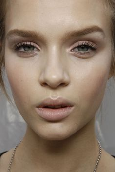 This is a one-minute look that is truly effortless. You need to: – moisturizer instead of foundation ( or if you need coverage, use concealer) – brush and minimally draw your eyebrows – curl the lashes if needed and apply mascara only to the upper lashes for more natural look