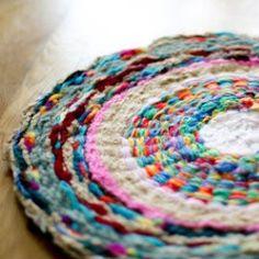 Tapis maison tissé / hula-hoop  http://www.flaxandtwine.com/2012/02/woven-finger-knitting-hula-hoop-rug-diy.html