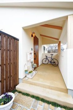 プライバシーに配慮し、玄関を囲うようにデザインされたポーチ。自転車がラクに置ける広さがあって便利。