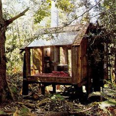 Easy to Build Tiny House Plans! This tiny house design-build video workshop shows how… Cabins And Cottages, Small Cabins, Log Cabins, Earthship, Cabins In The Woods, Handmade Home, Oyin Handmade, Handmade Crafts, Handmade Jewelry