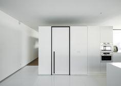 Moderne blokdeur met zwarte blokomlijsting en verticaal ingebouwde handgreep