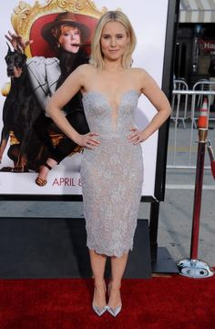 """Zauberhaft in Spitze sah SchauspielerinKristen Bell bei der Premiere von """"The Boss"""" in Westwood aus und rundete ihren Look mit Metallic-Pumps ab."""