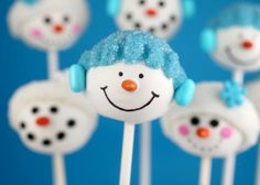 Snowman Cake Pops | #christmas #xmas #holiday #food #desserts #christmasinjuly #holidaydrinks