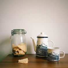 Enjoying a freshly brewed pot of coffee is one of our favourite ways of embracing the Autumn weather at inkoo, and making the most of Monday (the shortbread helps with that too). We're sure you'll agree with us that the @minimoderns Whitby Enamelware range makes it even more enjoyable. Have a great Monday ☕️ #LittleThingsThatMatter