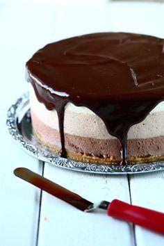 Herkullinen kolmen suklaan juustokakku syntyy vaivattomasti ilman liivatetta. Kakun pohjassa on voin sijasta valkosuklaata antamassa ihanaa makua. Chocolate Fondue, Cheesecakes, Baking, Desserts, Diy Ideas, Foods, Decor, Food, Tailgate Desserts
