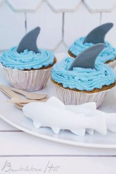 Shark muffins for the pool party - Geburtstagskuchen - Cake-Kuchen-Gateau Food Humor, Cake Pops, Eat Cake, Kids Meals, Cupcake Cakes, Cake Decorating, Sweets, Baking, Grands Parents
