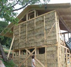 struttura in legno con balle di paglia