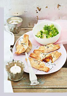 Filo-Süßkartoffel-Täschchen und Avocadosalat | Zeit: 45 Min. | http://eatsmarter.de/rezepte/filo-suesskartoffel-taeschchen-und-avocadosalat