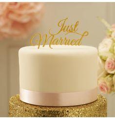 """Garnissez votre gâteau de mariage avec cette étincelle d'or magnifique """" Just Married """". Ce toppers est parfait pour ajouter une touche d'éclat à n'importe quel gâteau de mariage le faire ressortir pendant le grand jour. Envoi dans la journée - HOLLY PARTY"""