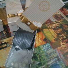 Lembrança para padrinhos, caixa personalizada com gravata e amêndoas, by Mão de Anjo. #maodeanjo #lembrancapadrinhos #lembrançaspersonalizadas #caixapersonalizada #casamento #padrinhos