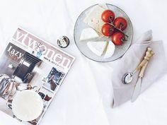 Päuschen  Ein kurzer Moment heute mit leckerem Käse aus Frankreich aromatischen Tomaten aus Holland bestem Vanilleeis aus Frankreich und liebstem Wohnblättchen aus den Niederlanden... . . #weekendmood #weekends #happyweeked #happyweekends #darlingweekend #weekendlover #weekendvibes . Sleep well and sweet dreams! . . . #onthetable #tablesituation #onthetableproject #momentsofmine #finditliveit #food #instafood #foodstagram #yummy #yummyinmytummy #flashofdelight #cheese #tastytom #vtwonen…