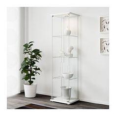 IKEA - DETOLF, Vitrina, blanco, , Con una vitrina puedes exponer y proteger tus objetos preferidos.Puedes instalar iluminación en la vitrina para realzar tus objetos preferidos.