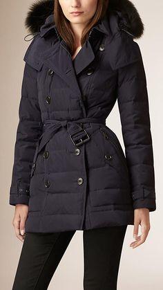 Descubra las nuevas tendencias de la colección Burberry para mujer, con trench coats, chaquetas en piel, vestidos, vaqueros y faldas de temporada.
