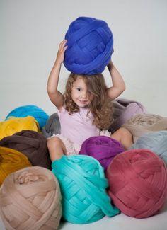 Super sperrige Garn ist 100 % Wolle. Dies ist das dickste Garn mit großen Qualitäten auf dem Markt: hypoallergen, sehr warm, mit außergewöhnlichen Weichheit, federnde Struktur und Extra seidig. Es ist perfekt für Kreationen der wunderbare Dekor wie Chunky decken, Wolldecken, Schals, Kutten, Tierbett, super warm, stilvolles Element für Kleidung und Accessoires. DIY! Für Arm stricken, mit Ihren Armen als Nadeln oder unsere Giant strickenden Nadeln. Schauen Sie sich um und greifen Sie…