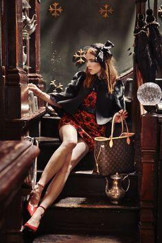 Irish blogger and style icon Angela Scanlon takes you on a trip around her favourite London spots with the iconic Neverfull handbag. ( via @Angela Gray Scanlon ) © Louis Vuitton / Jamie McGregor