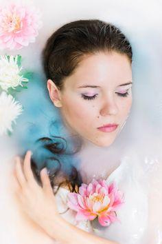 Фотосессия в ванне с цветами