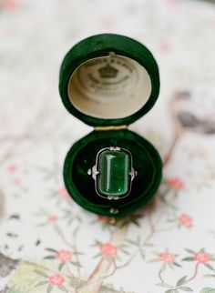 Pallet Jewelry Display On the big day, Diana wore her mother's emerald ring, which perfectly matched the signature color of the wedding. Art Deco Jewelry, Jewelry Rings, Jewelry Accessories, Fine Jewelry, Antique Jewelry, Vintage Jewelry, Antique Rings, Diana, Bracelets