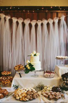 Porque la mesa de los postres también tiene un escenario bien decorado | Mesa de postres decorada con telas