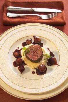 Serviervorschlag für Rinderfilet auf Rotwein-Schalotten-Butter mit getrüffeltem Kartoffelpüree