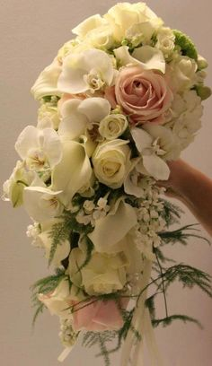 Beautiful bridal bouquet by Wafi Natural Flowers (thank you for sharing) in Dubai with Avalanche+ and Sweet Avalanche by Meijer Roses!