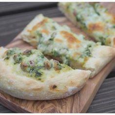 Die Bärlauch-Schmand-Fladen sind wieder ein ganz schnelles, leckeres und einfaches Essen. Bärlauch kann natürlich auch durch andere Kräuter ersetzt werden.