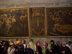 Gregos ortodoxos realizam missa de Páscoa na Igreja do Santo Sepulcro, tradicionalmente considerado por muitos como o local da crucificação e sepultamento de Jesus Cristo, em Jerusálem (Foto: AP Photo/Ariel Schalit)