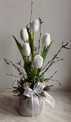 Year-round decoration with tulips . Easter Flower Arrangements, Creative Flower Arrangements, Easter Flowers, Diy Flowers, Flower Vases, Spring Flowers, Floral Arrangements, Easter Table Decorations, Flower Decorations