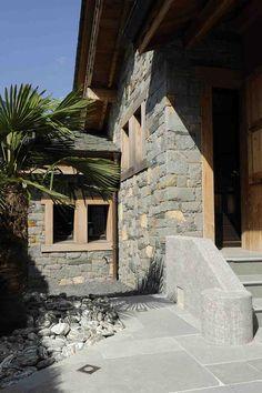 Réalisation Capri: pierre à bâtir tarentaise - galets vert alpi - dallage cobra gris
