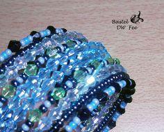 Spiralarmband blau von Bastel-DW-Fee auf DaWanda.com Dieses Armband wurde in liebevoller Handarbeit hergestellt.  Verwendete Materialien :  -Memory Wire Draht -Rocailles Perlen -Acryl Perlen