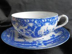 Tasse à thé et sa sous-tasse, porcelaine coquille d'oeuf, Japon, Cerisier bleu