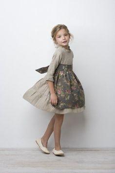 Taupe linen floral apron - Sainte Claire// * the dress Vintage Kids Fashion, Little Girl Fashion, Vintage Kids Clothes, Retro Mode, Mode Vintage, Outfits Niños, Kids Outfits, Little Girl Dresses, Girls Dresses