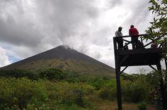 El volcán San Cristóbal forma parte del complejo volcánico San Cristóbal-Casitas, constituido por los volcanes San Cristóbal, el más alto de Nicaragua, con 1,745 metros de altura, el Chonco, el Casitas, el Moyotepe y el cerro La Pelona, todos ubicados en la cordillera de los Maribios, que forma parte del cinturón de fuego de América, una de las zonas volcánicas más activas del mundo.
