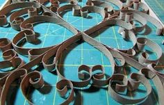 Trabalho lindo usando rolos depapelhigiênico, rolos depapeltoalha e outros.  Vai precisar de rolos de papeis, madeira fininha ,cola, t...