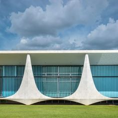 _Reportage_ Palácio da Alvorada is the official residence of the President of Brazil. It is located on a peninsula at the margins of lago Paranoá in Brasí. Oscar Niemeyer, Contemporary Architecture, Art And Architecture, Brazil Art, Conceptual Sketches, Library Inspiration, Concrete Structure, Famous Architects, Facade Design