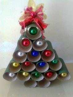 Manualidades arbol con rollos de papel higienico con bolas de navidad dentro