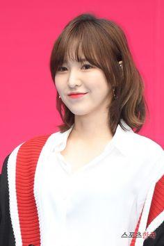 𝚏𝚘𝚕𝚕𝚘𝚠 𝚖𝚎 𝚏𝚘𝚛 𝚖𝚘𝚛𝚎 ©satanjeongyeon Cute Hairstyles For Short Hair, Short Hair Styles, Olaf, Wendy Red Velvet, How To Style Bangs, Seoul Fashion, Cute Shorts, Fandom, Korean Girl Groups
