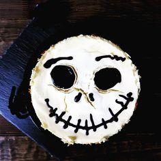 Nightmare Before Christmas - Jack Skellington Cheesecake. Der Jack Skellington Cheesecake stammt aus meinem Archiv. Ich habe ihn vor ein paar Jahren gebacken. Dieses Jahr habe ich (noch) keine Lust auf Herbst- oder Halloween Deko verspührt. Unser Essen zu verwandeln hat mir aber immer Spass gemacht und vielleicht werde ich dann an Halloween doch noch was gruseliges kochen oder backen. Wer von euch kocht bäckt oder dekoriert für Halloween? . . . #halloween #jackskellington #cheesecake #backen… Nightmare Before Christmas, Jack Skellington, Cheesecake, Halloween Face Makeup, Instagram, Photos, Creepy, Archive, Decorating