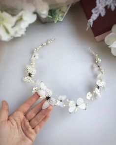 Wedding headpiece with butterflies and flowers Pearl Headpiece, Flower Headpiece, Bohemian Headpiece, Flower Girl Hairstyles, Crown Hairstyles, Diy Flower Crown, Bohemian Flowers, Butterfly Hair, Hair Vine