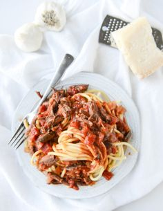 Slow Cooker Short Rib Sauce with Bucatini I howsweeteats.com