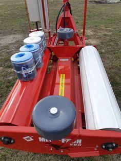 Masina de infoliat(infoliator) baloti purtata, cu prindere la tractor in trei puncte.Infoliaza baloti cu greutate pana la 1000 kg.Este actionata hidraulic,asigurand pornirea si oprirea cadrului rotativ.