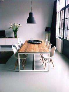 Steigerhout tafel Thinkwood: leuk idee tafel, zou zelf minder grof hout kiezen e. Kitchen Dinning, Dining Room Table, Decorating Your Home, Interior Decorating, Interior Design, Deco Cool, Home And Deco, Dining Room Design, Furniture Inspiration
