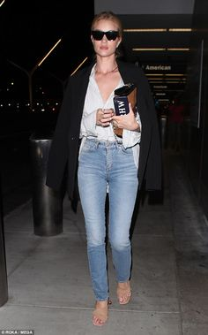 Rosie Huntington-Whiteley oozes casual chic in jeans and a striped shirt - July 2018 Celebrity Airport Style, Celebrity Outfits, Celebrity Look, Celebrity Travel, Rosie Huntington Whiteley, Rosie Whiteley, Doutzen Kroes, Casual Chic, Beige T Shirts
