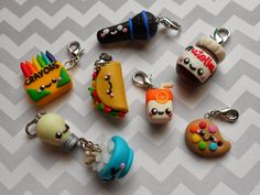 Cute and easy clay charms! Crea Fimo, Polymer Clay Kunst, Cute Polymer Clay, Cute Clay, Fimo Clay, Polymer Clay Projects, Polymer Clay Charms, Polymer Clay Creations, Polymer Clay Jewelry