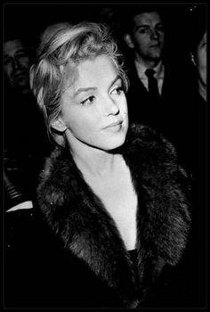 """21 Novembre 1956 / Les MILLER, lors de leur long séjour en Angleterre (pour le tournage du film """"The Prince and the showgirl"""", sont conviés au """"Royal Court Theater"""" de Londres, à une soirée discussion sur le théâtre anglais ; Milton GREENE s'irritait de plus en plus de l'influence de MILLER sur Marilyn ; MILLER manifestait à Marilyn ouvertement son hostilité envers Milton GREENE et lui conseilla de prendre entièrement le contrôle de la société de production (Les """"Marilyn MONROE Production"""")…"""