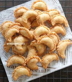 Resep Pastel Abon. Modal Sedikit Jadi Banyaaak! - Resep Spesial Baking Recipes, Snack Recipes, Snacks, Resep Cake, Asian Desserts, Indonesian Food, Donuts, Food And Drink, Pastel