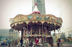 Caballitos en el parque de atracciones infantil
