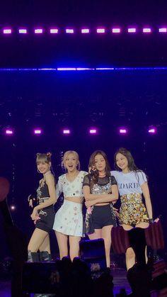 Your source of news on YG's biggest girl group, BLACKPINK! Blackpink Video, Foto E Video, Kpop Girl Groups, Kpop Girls, Blackpink Wallpapers, Girls Generation, Blackpink Poster, Kim Jisoo, Looks Black