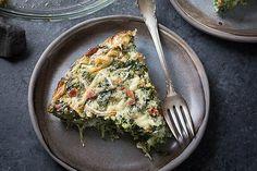 Deze gezonde koolhydraatarme quiche met spinazie en feta is super makkelijk te maken en staat binnen no-time op je tafel! Dat wordt smullen!