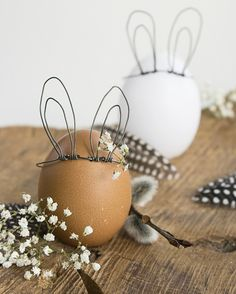 DIY Easter Bunny Eggs Using just a few pieces of wire, make detachable wire bunny ears for your Easter eggs. For the some of the best Easter DIYs go here. You can find the DIY Easter Bunny Egg Tutorial from ZWO: STE here. Easter Bunny Eggs, Hoppy Easter, Bunnies, Spring Decoration, Diy Ostern, Easter Traditions, Holiday Traditions, Easter Holidays, Easter Party