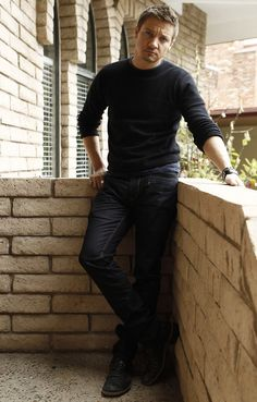 Jeremy Renner- Gorgeous in those jeans and black shirt. Geez...